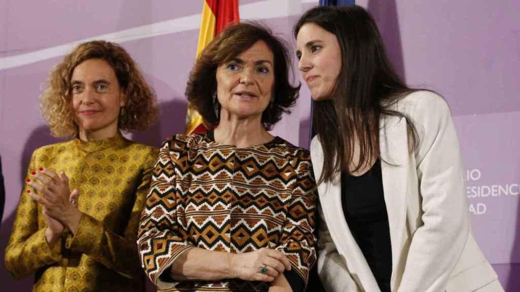 La ministra de Igualdad, Irene Montero, junto a Carmen Calvo y Meritxell Batet.