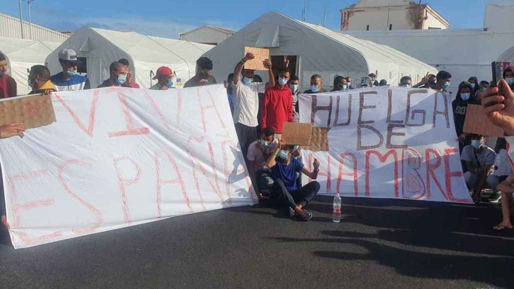 Viva España y Huelga de hambre, las pancartas en el campamento