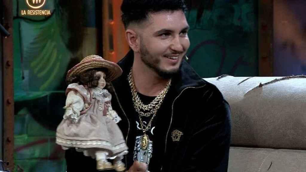 Omar Montes con la ya famosa muñeca de Pantoja.