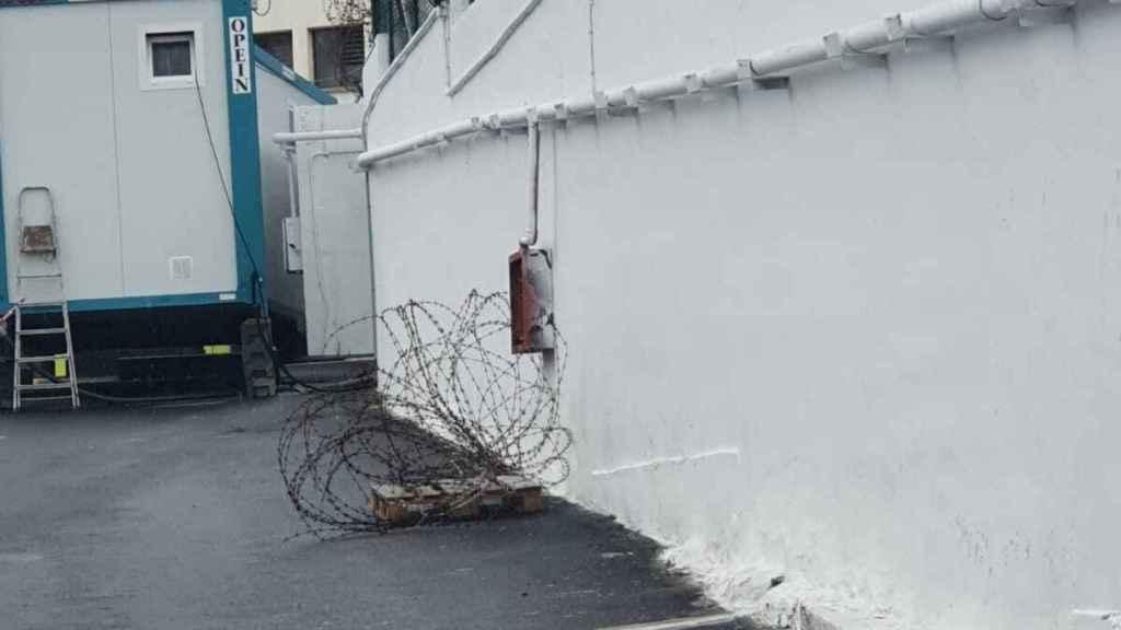 Se están colocando alambres de espino en los muros del Canarias 50