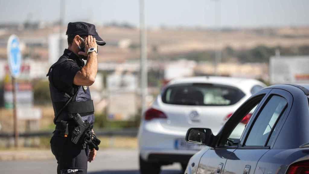 Un policía nacional en un control a la entrada del pueblo sevillano de Écija por el cierre perimetral.