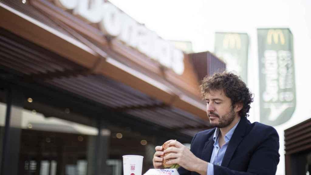 El 'catador' Jorge observa que el aspecto de la hamburguesa de McDonald's sea idóneo.