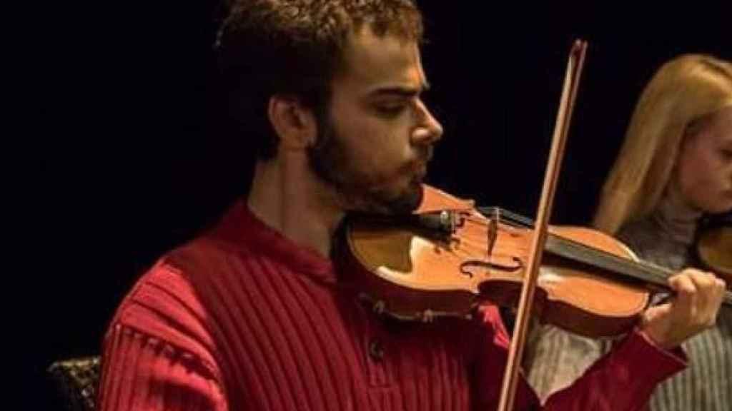 Pablo Díaz actuando con una orquesta.