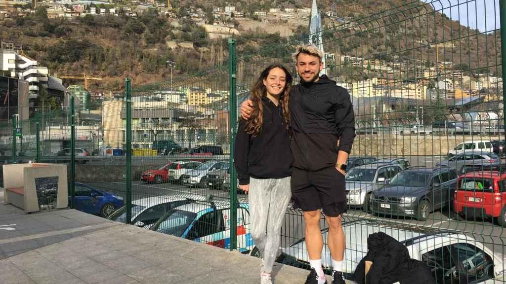 El youtuber Julio Corbacho y su novia, María, frente al balneario de Caldea en Andorra La Vella