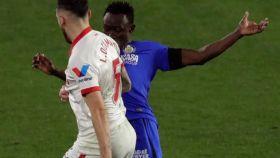 Falta de Djené sobre Ocampos, en el Sevilla - Getafe de la jornada 22 de La Liga