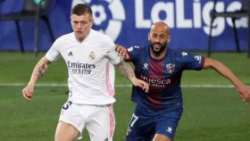 Toni Kroos controla el balón ante la presión de Mikel Rico, durante el Huesca - Real Madrid