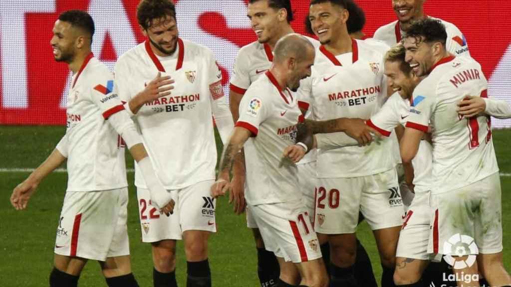 Los jugadores del Sevilla celebran el gol del Papu Gómez al Getafe