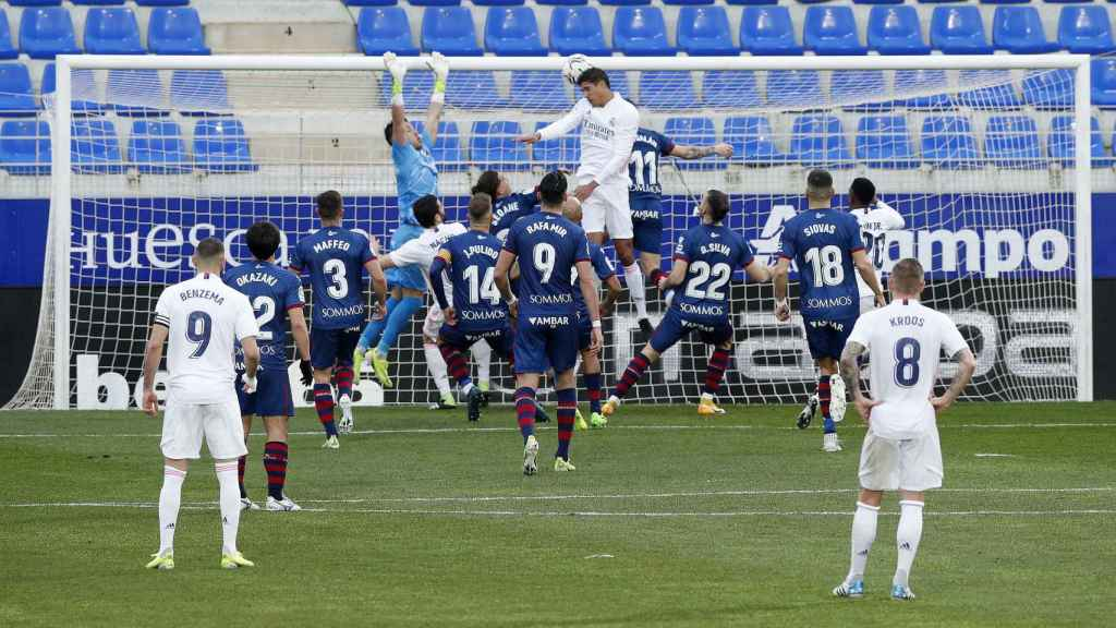 Varane supera a la defensa del Huesca y remata a gol