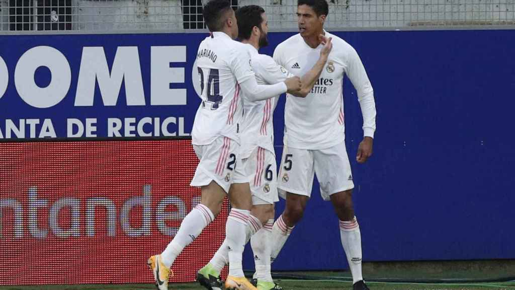 Los jugadores del Real Madrid felicitan a Varane por su segundo gol al Huesca