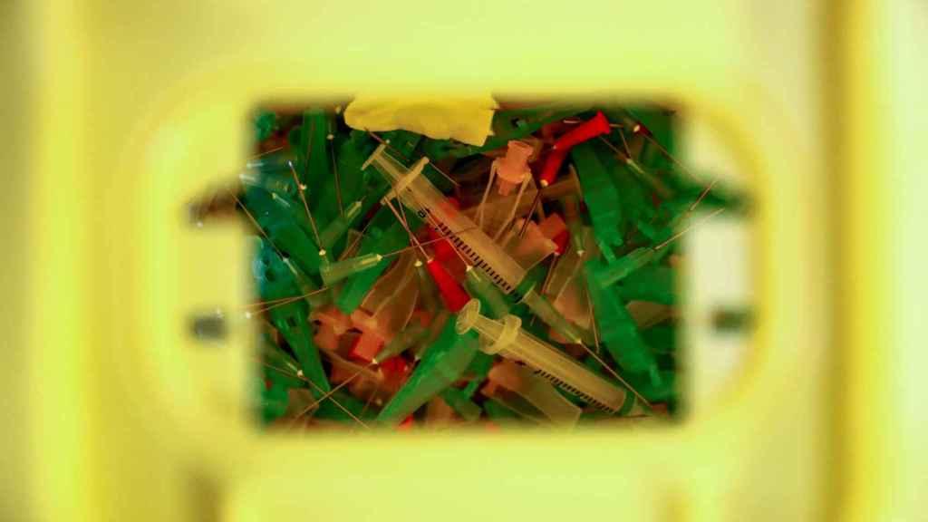 Las jeringas usadas en una caja de residuos después de haber sido utilizadas para las segundas dosis de la vacuna Pfizer-BioNTech.