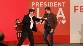 Salvador Illa y Pedro Sánchez se saludan efusivos, en la campaña catalana del 14-F.