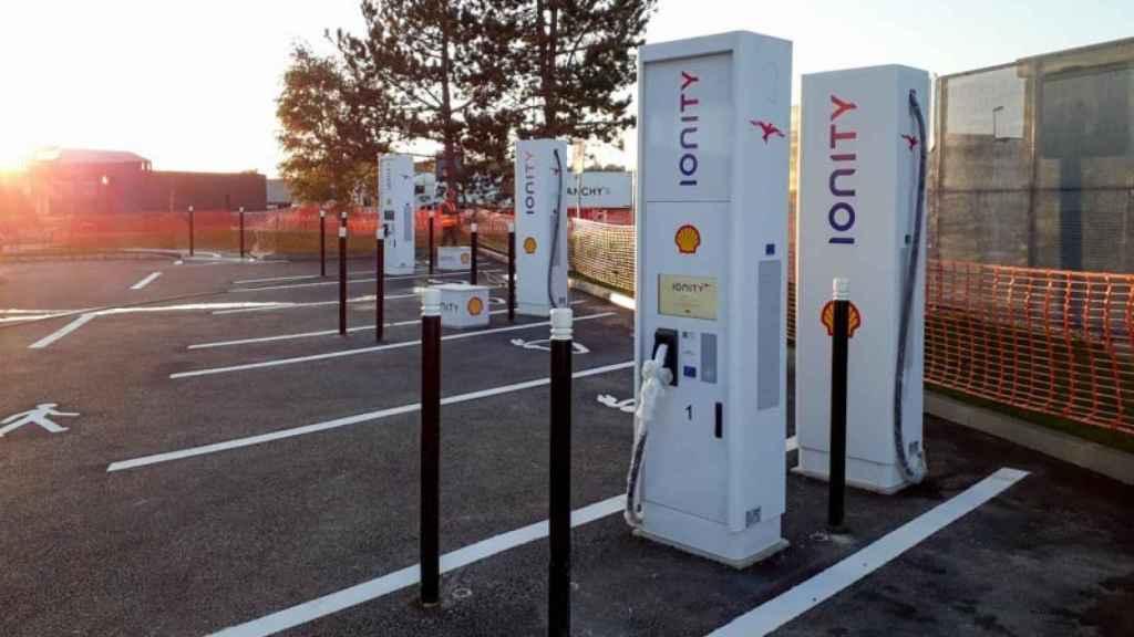 Imagen de unos cargadores de coche eléctrico.