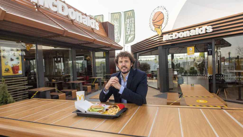 Jorge Saiz, el desarrollador de los productos de McDonald's en España, con un menú del restaurante.