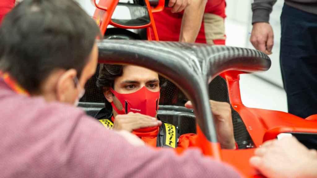 Carlos Sainz Jr. bajo la atenta mirada de Riccardo Adami