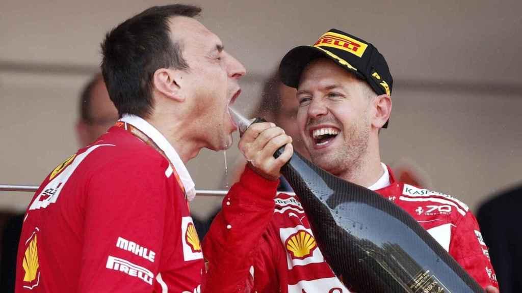 Riccardo Adami y Sebastian Vettel celebran una victoria en la Fórmula 1