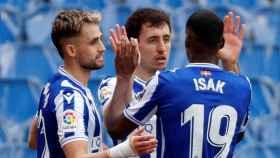 Mikel Oyarzabal y Aleksander Isak celebran uno de los goles frente al Cádiz