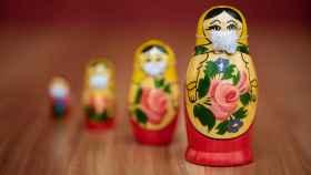 Unas muñecas rusas con mascarilla.