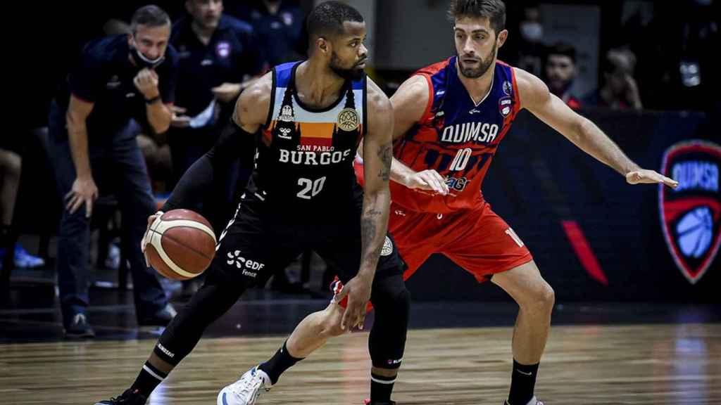 Omar Cook sube la bola en un ataque estático de San Pablo Burgos