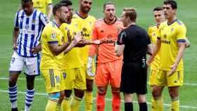 Los jugadores del Cádiz se quejan ante el árbitro Pizarro Gómez