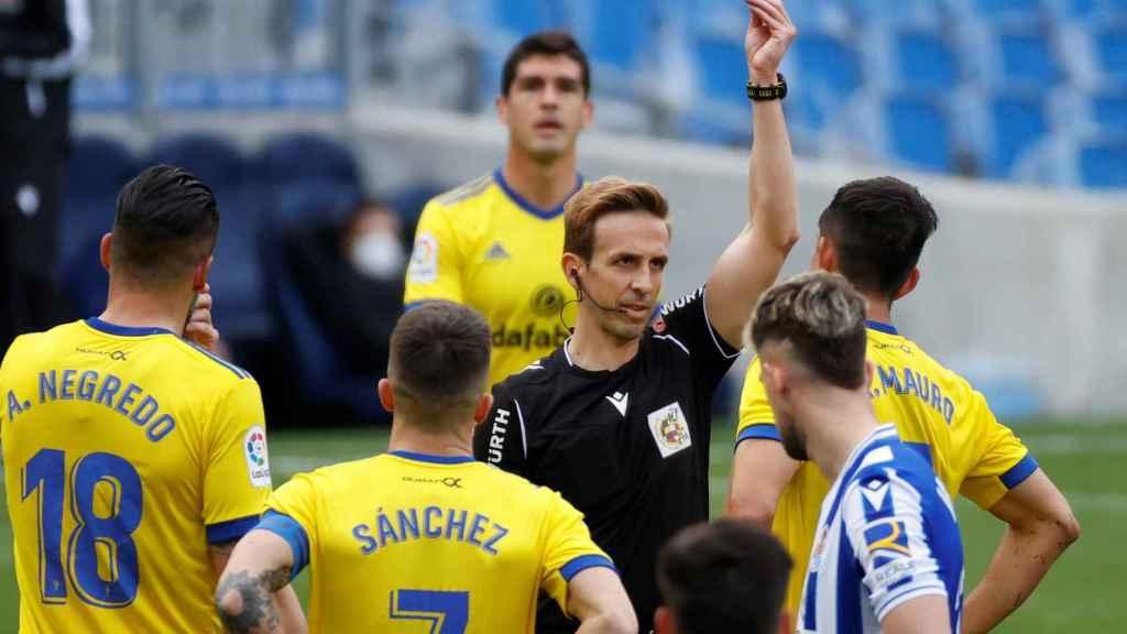 Pizarro Gómez expulsa a Marcos Mauro, jugador del Cádiz