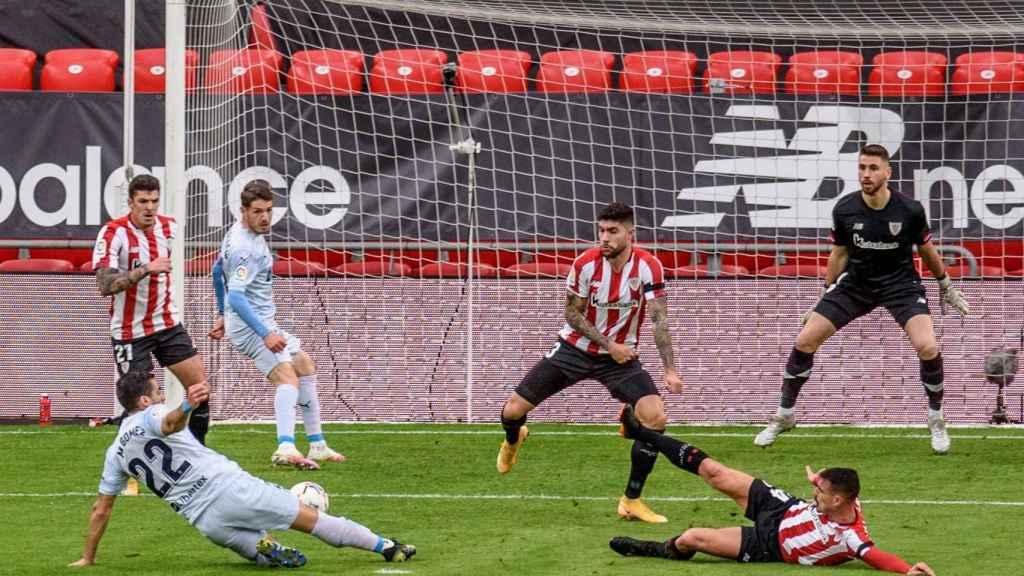Maxi Gómez intenta marcar en su partido contra el Athletic