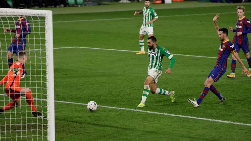 Borja Iglesias se adelanta a la defensa del Barça y marca el primer gol