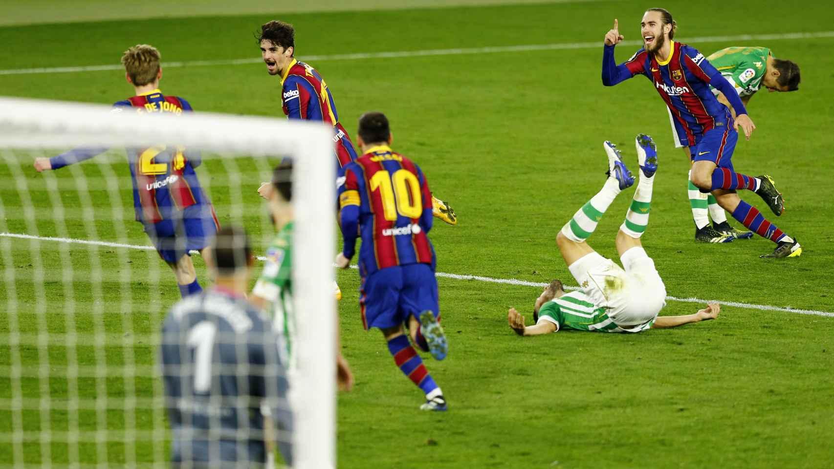 Los jugadores del FC Barcelona se vuelven completamente locos celebrando el gol de Trincao