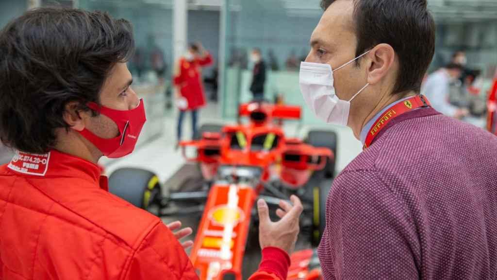 Carlos Sainz Jr. y Riccardo Adami, en una de sus primeras conversaciones