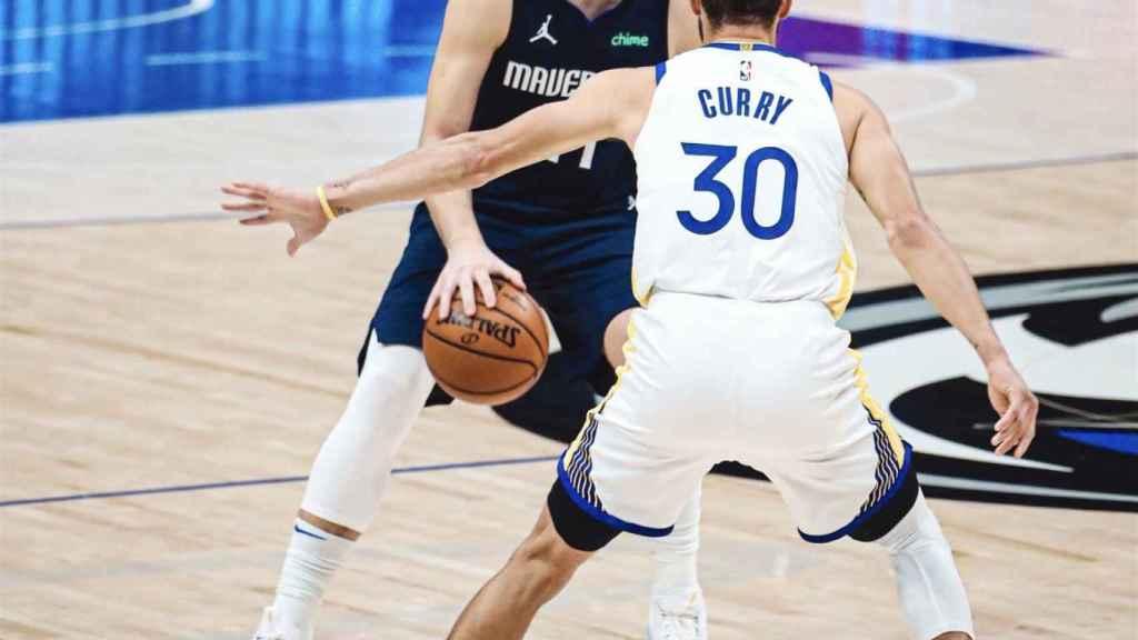 Luka Doncic y Stephen Curry, durante un partido de la NBA. Foto: Twitter (@dallasmavs)