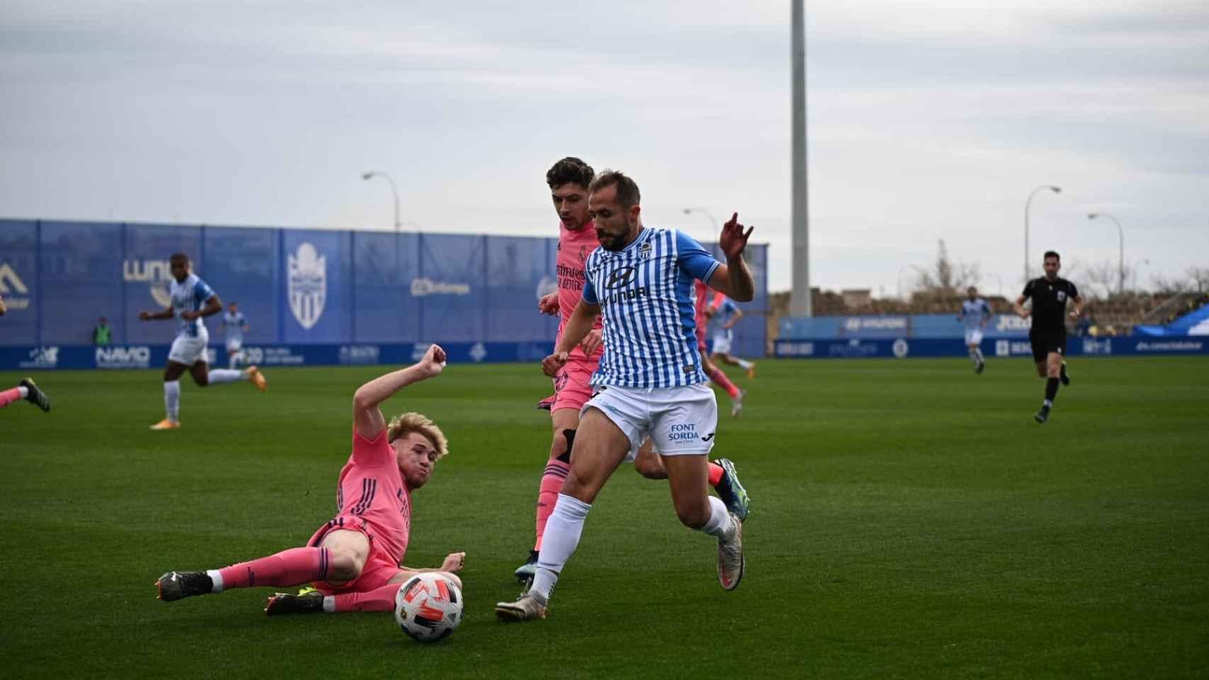 Sergio Santos se lanza al césped del Estadio Balear para tratar de robar un balón a un jugador del Atlético Baleares. Foto: Twitter (@atleticbalears)