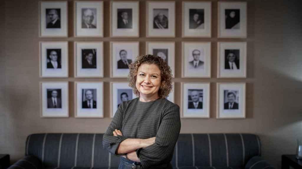 María Emilia Adán, ante las fotos de sus predecesores en el Decanato del Colegio de Registradores./