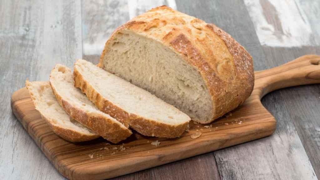 Unos trozos de pan blanco cortados.