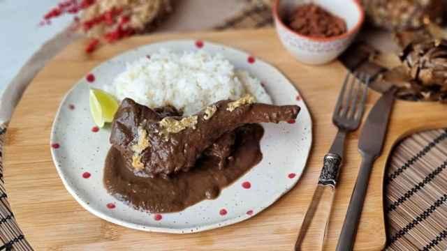 Conejo guisado con morcilla y chocolate