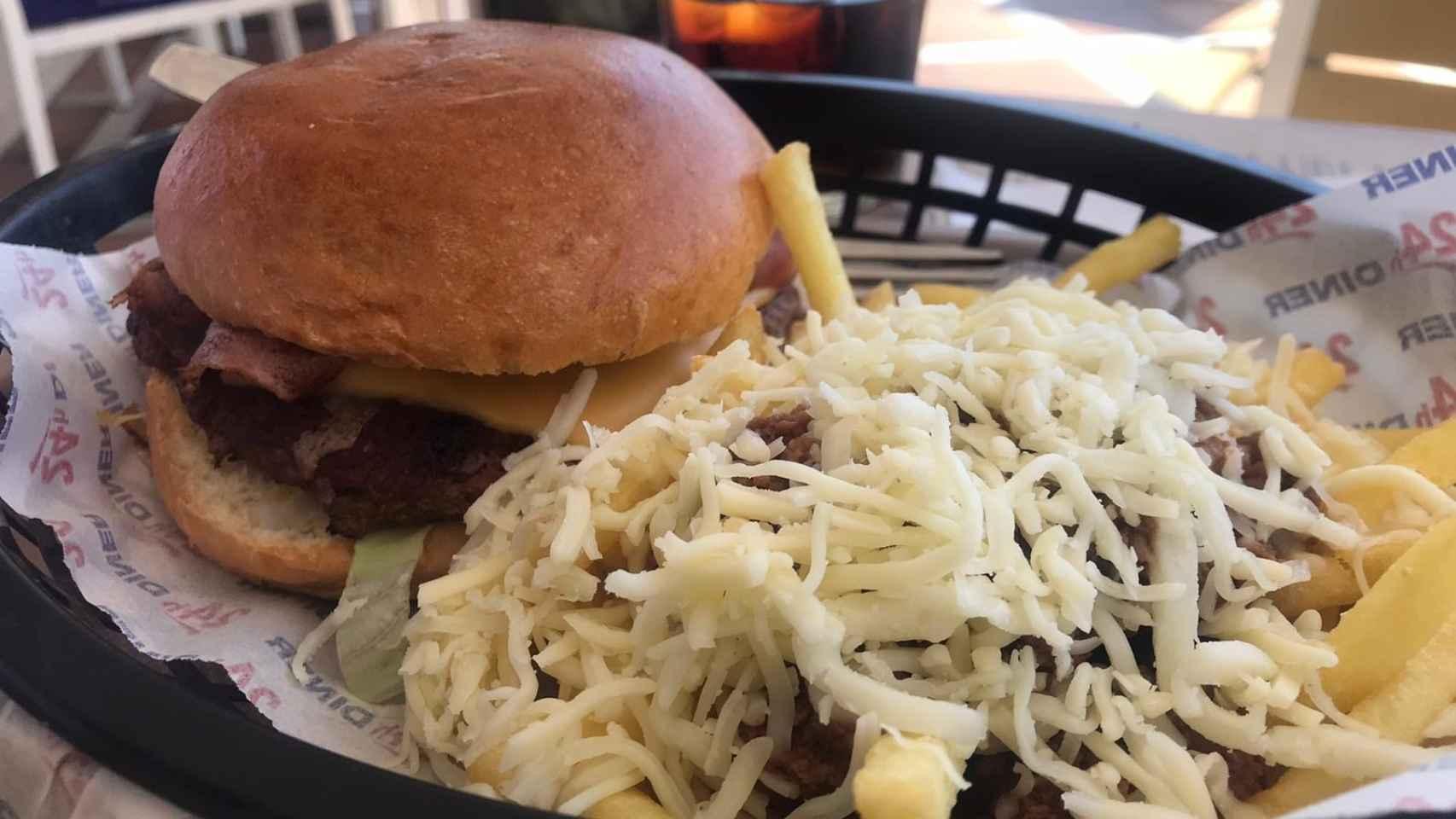 Hamburguesa y patatas con carne y queso del Diner