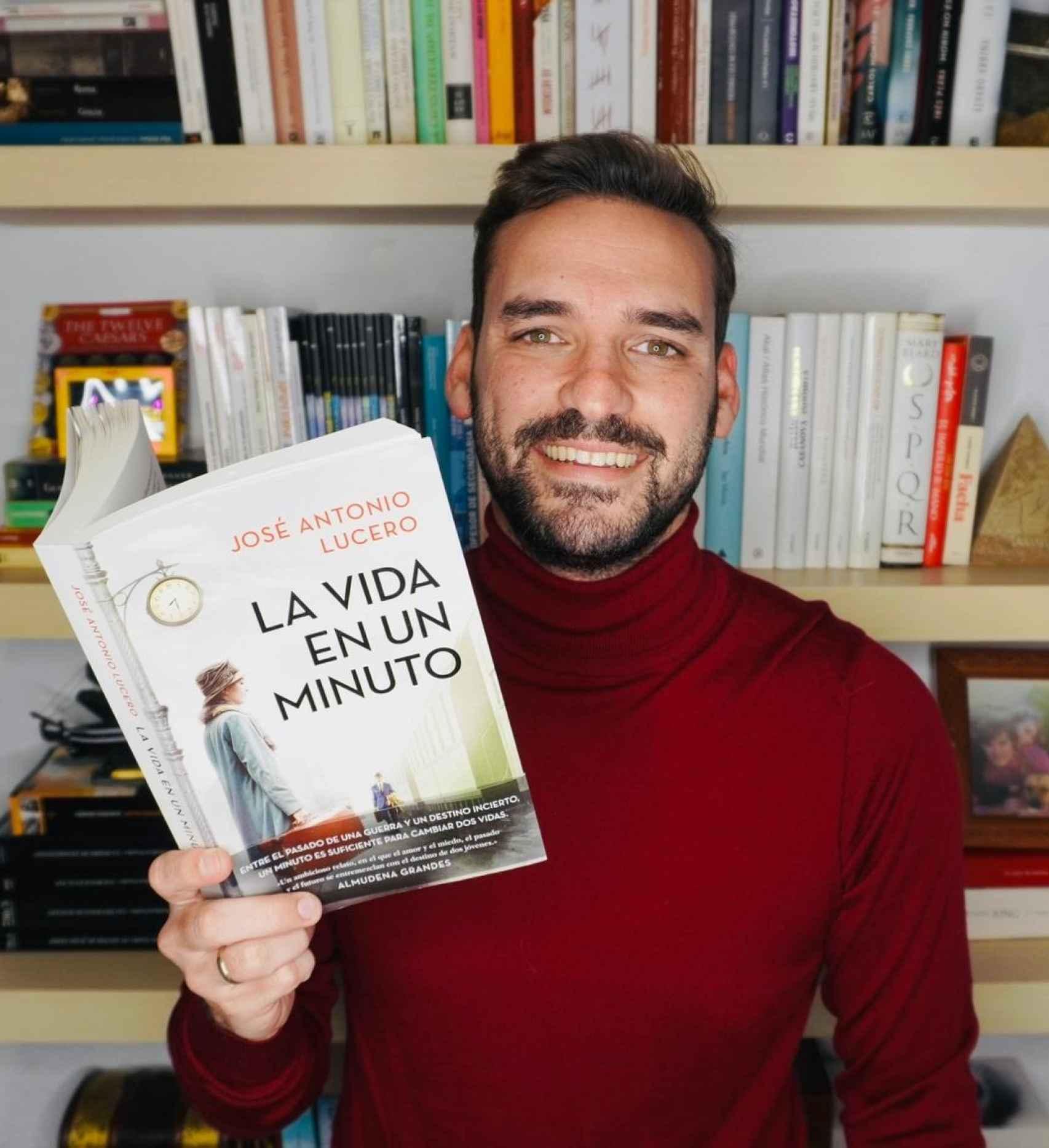 José Antonio Lucero posa con 'La vida en un minuto'.