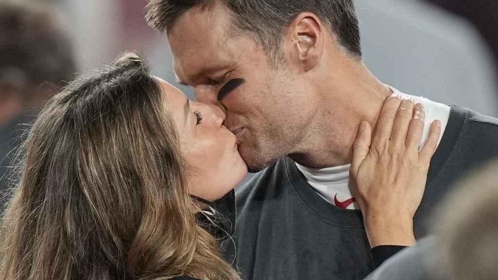 El romántico beso entre Gisele Bündchen y Tom Brady en la última Super Bowl.