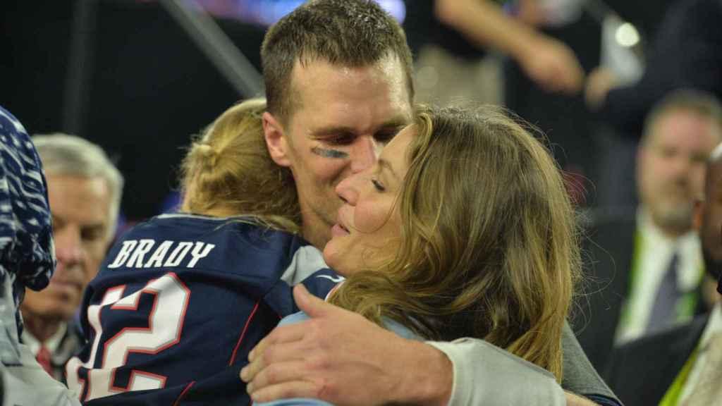 Tom Brady celebrando junto a su familia su victoria en la Super Bowl.