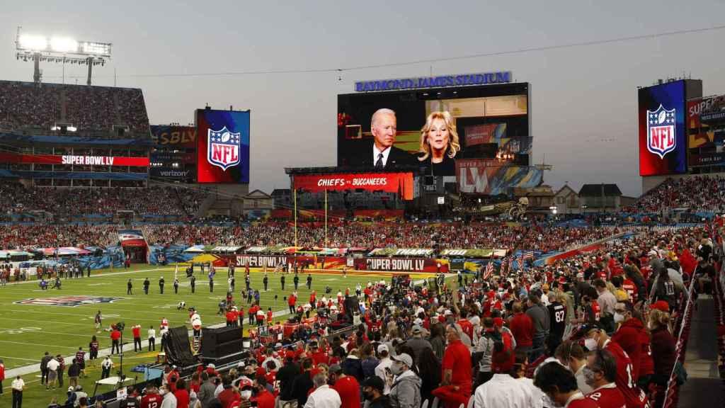 El presidente de los EEUU, Joe Biden y la primera dama, Jill Biden, mandaron un mensaje a los presentes en el estadio a través de la pantalla gigante
