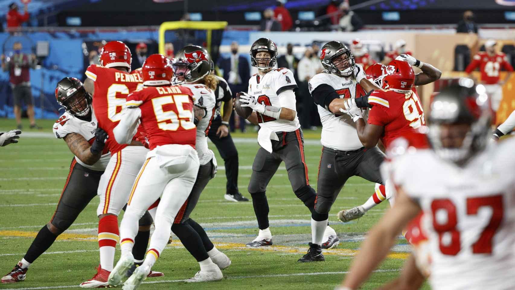 Tom Brady busca el pase a Rob Gronkowski para lograr el segundo touchdown del partido