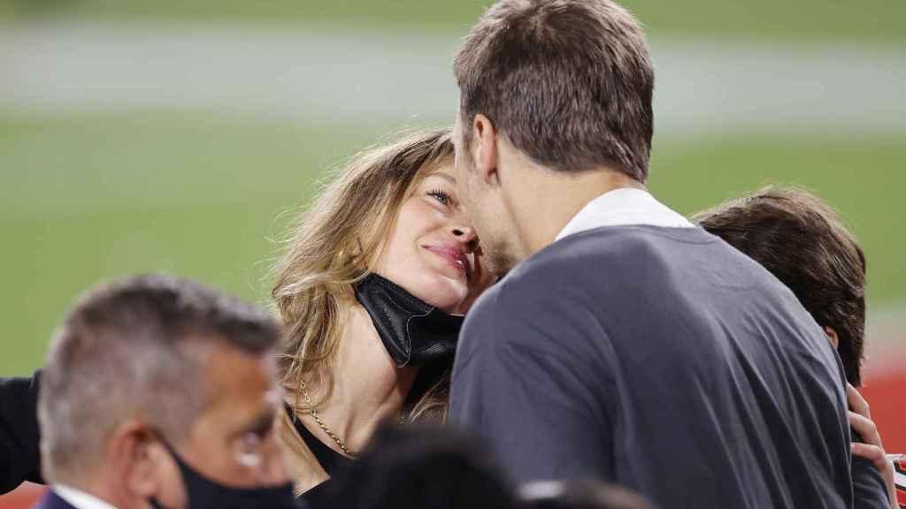 Giselle Bundchen y Tom Brady, dándose un beso después de ganar su séptimo anillo de la NFL