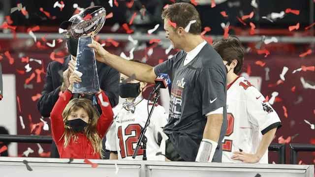 Tom Brady levanta el título de la Super Bowl