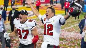 Rob Gronkowski y Tom Brady, tras ganar la Super Bowl con los Tampa Bay Buccaneers