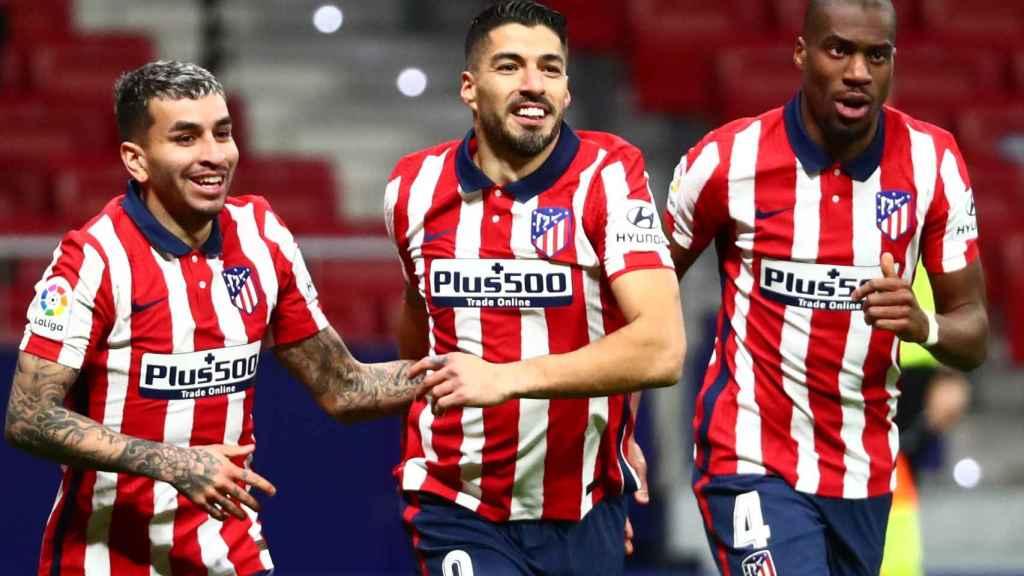 Correa, Luis Suárez y Kondogbia celebran el gol del uruguayo al Celta