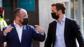 El presidente del PP, Pablo Casado, con su candidato en Cataluña, Alejandro Fernández.
