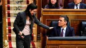La ministra de Igualdad e impulsora de la Ley Trans, Irene Montero, saluda a Pedro Sánchez en el Congreso.