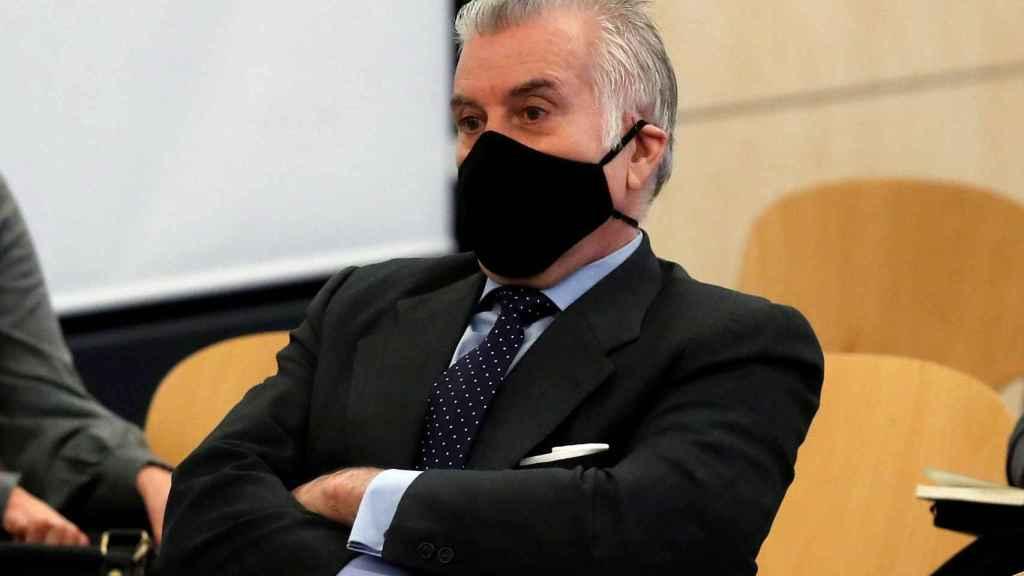 El extesorero del PP Luis Bárcenas sentado en el banquillo de los acusados durante la primera sesión del juicio de los papeles de Bárcenas.