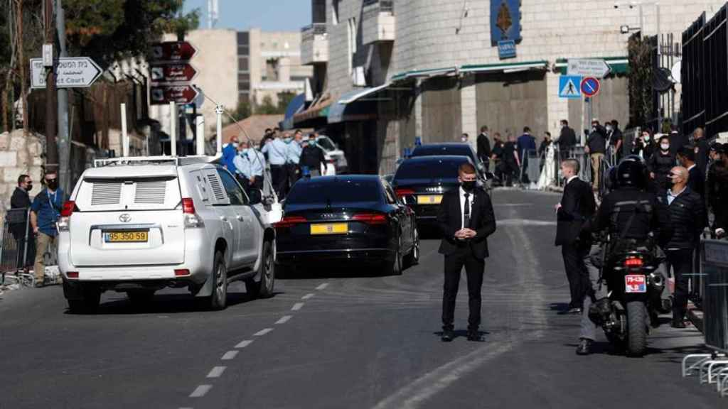 El primer ministro, Benjamin Netanyahu, camino del tribunal.
