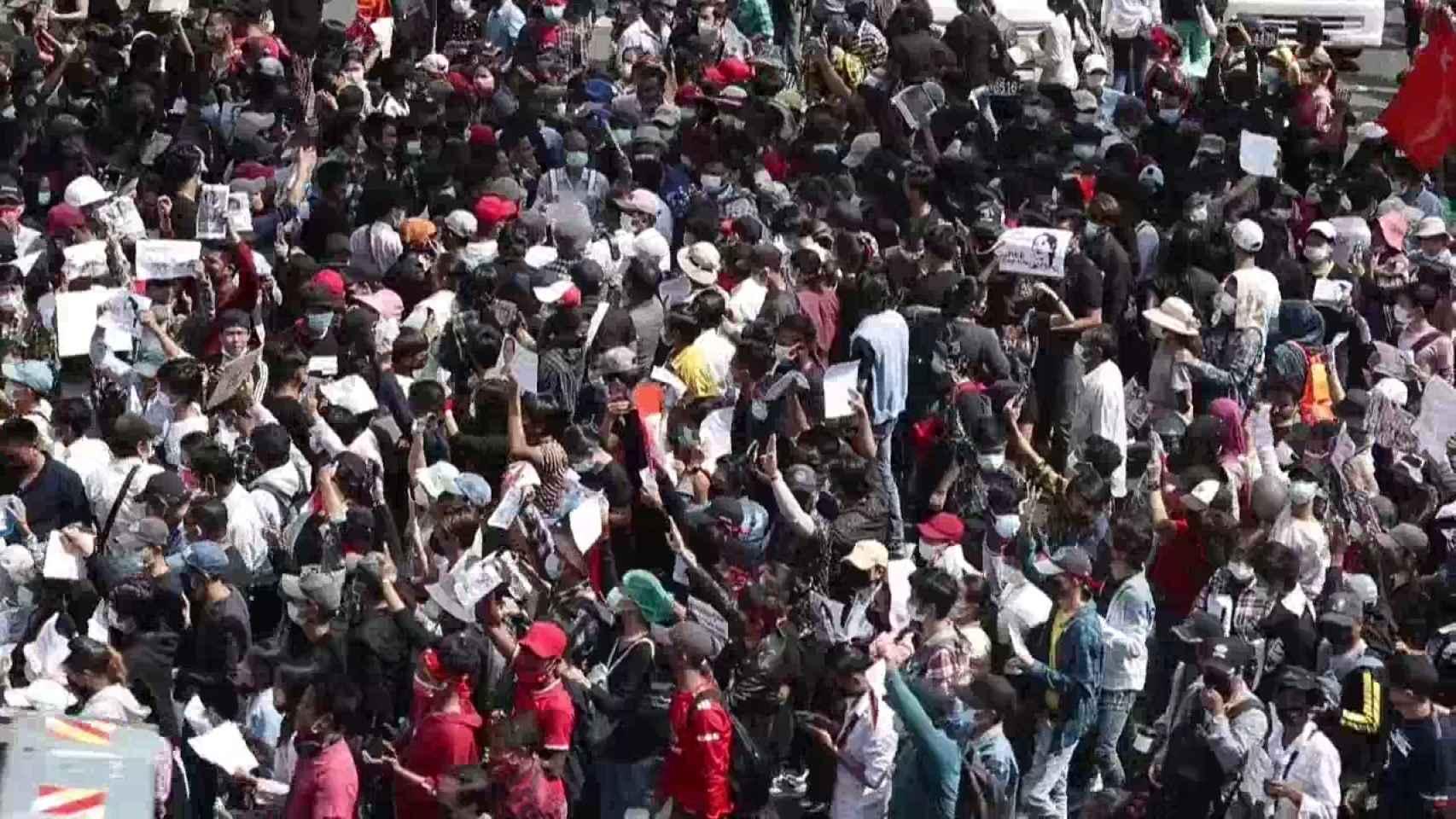 Birmania impone la ley marcial en varias ciudades ante las crecientes protestas