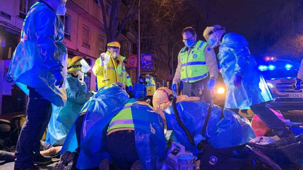 Le servicios de Emergencias de Madrid intentando reanimar al repartidor fallecido.