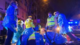 Le servicios de Emergencias de Madrid intentando reanimar al repartidor de Glovo fallecido.